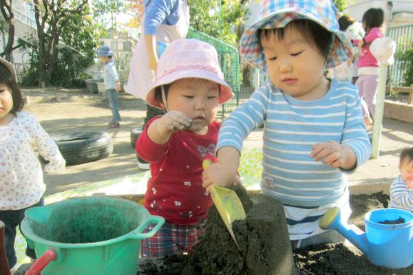 砂遊びをする子供達